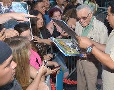 ファンサービスをするスタン・リー。(c)Marvel 2015