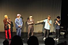 「『野火』爆激上映&轟音ライブイベント」の様子。左から石川忠、リリー・フランキー、中村達也、塚本晋也、森優作。(c)渡邉俊夫