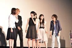 イベント中に映画の看板が倒れ、「霊だ!」とみんなに呼びかける生駒里奈。