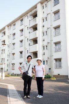 左から「団地」監督の阪本順治、主演の藤山直美。(c)2016「団地」製作委員会