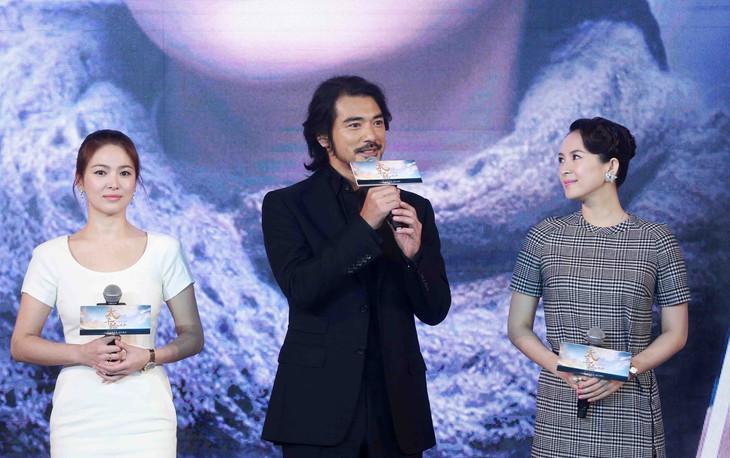 「太平輪:彼岸(原題)」会見の様子。左からソン・ヘギョ、金城武、チャン・ツィイー。(写真提供:Chen Jiannan Xinhua News Agency / Newscom / ゼータ イメージ)