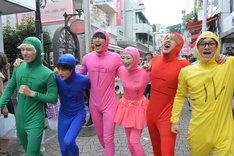 「原宿デニール」罰ゲームで、竹下通りを全身タイツ姿で歩く武田梨奈とBEE SHUFFLE。