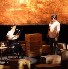 戦後70年特別番組「いしぶみ ~忘れない。あなたたちのことを~」の収録風景。左から綾瀬はるか、是枝裕和。