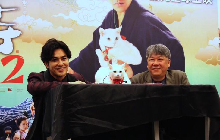 「猫侍 南の島へ行く」台湾プレミアイベントにて左から北村一輝、シャドウちゃん、渡辺武。(c)2015「続・猫侍」製作委員会