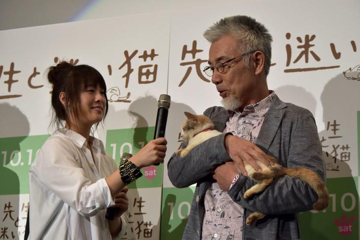 「先生と迷い猫」完成披露舞台挨拶で北乃きい(左)にマイクを向けられ、「いい思い出だった」と三毛猫のドロップの気持ちを代弁するイッセー尾形(右)。
