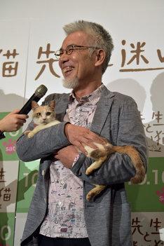 三毛猫ドロップを抱いた途端、笑顔がこぼれるイッセー尾形。