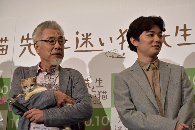 (左から)三毛猫ドロップを抱くイッセー尾形、染谷将太。