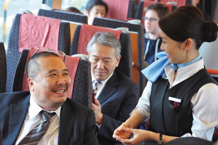 「ロマンス」より、杉作J太郎(左)、大島優子(右)。(c)2015 東映ビデオ