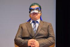 ドギー・クルーガー風のマスクを付けて登場した稲田徹。