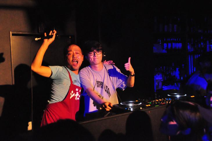 左からマキタスポーツ、DJプレイ中の染谷将太。