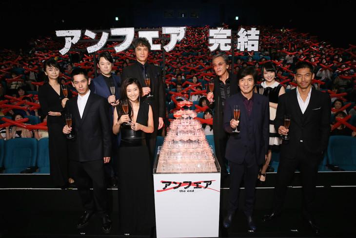 「アンフェア the end」初日舞台挨拶に登壇した篠原涼子らキャストたちと監督の佐藤嗣麻子。