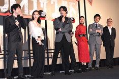 三浦春馬(中央)に顔立ちを褒められ、恥ずかしがる本郷奏多(左)。