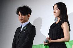 「グラスホッパー」完成披露試写会の様子。左より吉岡秀隆、麻生久美子。