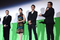 現場でのエピソードを語る瀧本智行(右)とキャスト陣。