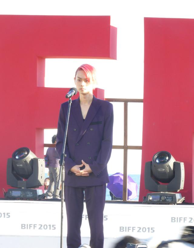 第20回釜山国際映画祭にて「ピンクとグレー」記者会見に登壇した菅田将暉。