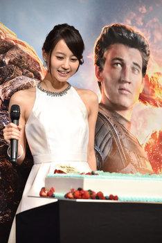 サプライズの誕生日ケーキを見て驚く堀北真希。