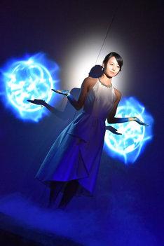 """""""インビジブル・ウーマン""""の能力をイメージした映像パフォーマンスを行った堀北真希。エネルギーシールドが映し出された場面。"""