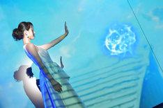 """""""インビジブル・ウーマン""""の能力をイメージした映像パフォーマンスを行った堀北真希。エネルギーシールドを飛ばす場面。"""