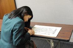 """山崎賢人へ贈る""""卒業証書""""にメッセージを書く土屋太鳳。"""