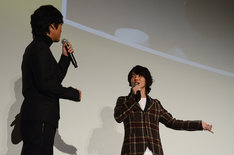 スクリーンに映る写真を指差しながら、佐藤健の魅力を語る神木隆之介(右)。
