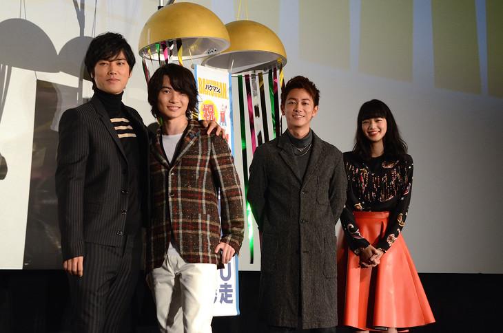 「バクマン。」大ヒット舞台挨拶の様子。左から桐谷健太、神木隆之介、佐藤健、小松菜奈。
