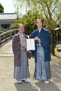 京都国際観光大使任命式の様子。左から門川大作京都市長、佐々木蔵之介。