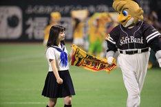 「福岡ソフトバンクホークス対千葉ロッテマリーンズ」のマウンドにセーラー服姿で現れた橋本環奈。