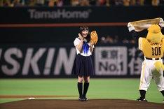 「福岡ソフトバンクホークス対千葉ロッテマリーンズ」の始球式にて、投球を終えた橋本環奈。