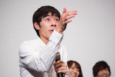 """""""エア顎クイ""""を披露する戸塚純貴。"""