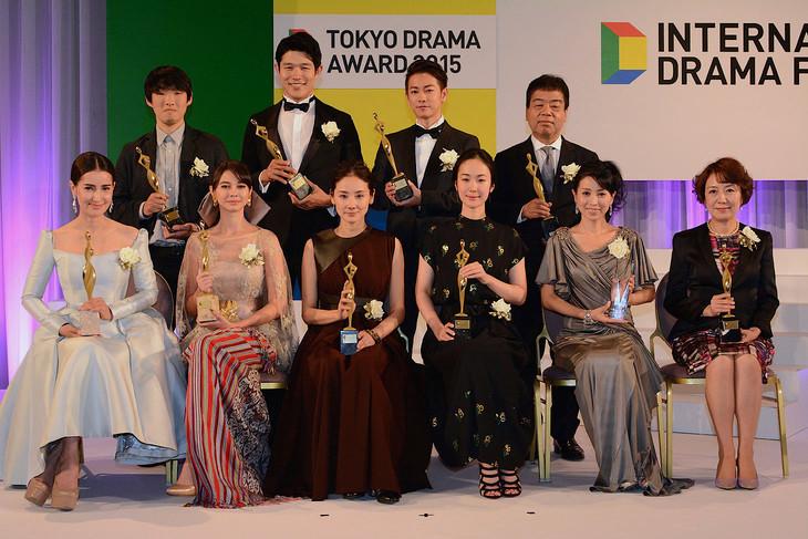 東京ドラマアウォード 2015授賞式の様子。下段左からエーン・トーンプラソム、ユキ・カトウ、吉田羊、黒木華、西村和美、中園ミホ。上段左から松江哲明、鈴木亮平、佐藤健、八木康夫。