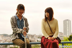 「昨日公園」より、有村架純(右)と福田麻由子(左)。