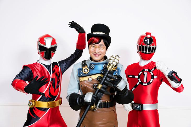 左からアカニンジャー、闇博士マーブロ、トッキュウ1号。