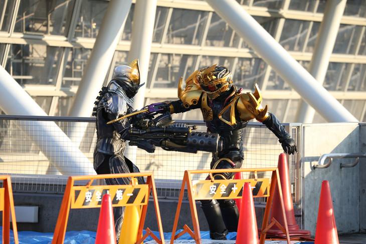 「ドライブサーガ 仮面ライダーチェイサー」より、超魔進チェイサー(右)。