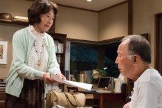 「家族はつらいよ」より、橋爪功(右)と吉行和子(左)演じる平田周造・富子夫婦。(c)2016「家族はつらいよ」製作委員会