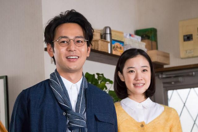 「家族はつらいよ」より、平田家の次男・庄太を演じる妻夫木聡(左)と、その恋人・憲子を演じる蒼井優(右)。(c)2016「家族はつらいよ」製作委員会