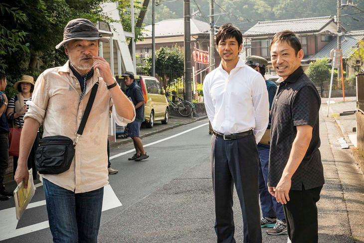 「クリーピー」撮影中の黒沢清(左)、西島秀俊(中)、香川照之(右)。 (c)2016「クリーピー」製作委員会