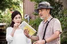 「クリーピー」の撮影風景。指示を出す黒沢清(右)とそれを真剣な表情で聞く竹内結子(左)。 (c)2016「クリーピー」製作委員会