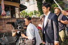 「クリーピー」撮影現場の様子。鋭い眼差しを前方に向ける西島秀俊(右)と、撮影監督の芦澤明子(左)。 (c)2016「クリーピー」製作委員会