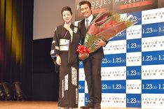 「メモリーズ 追憶の剣」ジャパンプレミアの様子。左から坂本冬美、イ・ビョンホン。