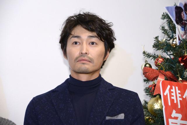 カメラマンから「おめでとうございます!」と言われるまで、わざと無表情を作る安田顕。