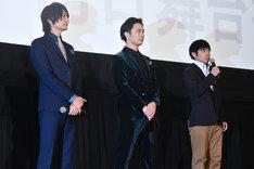 左から、七瀬遙役の島崎信長、橘真琴役の鈴木達央、監督の武本康弘。