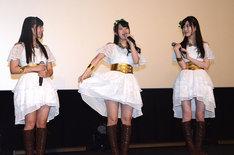 初披露だという衣装の魅力を楽しそうに説明する奥野香耶(中)と、永野愛理(左)、青山吉能(右)。