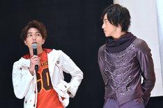 中学時代から仮面ライダーに向けてトレーニングしていたと話す稲葉友(左)と、それを真剣に聞く上遠野太洸(右)。