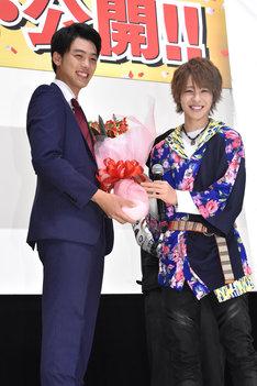 花束を受け取った「ドライブ」竹内涼真(左)と、バトンを渡された「ゴースト」西銘駿(右)。