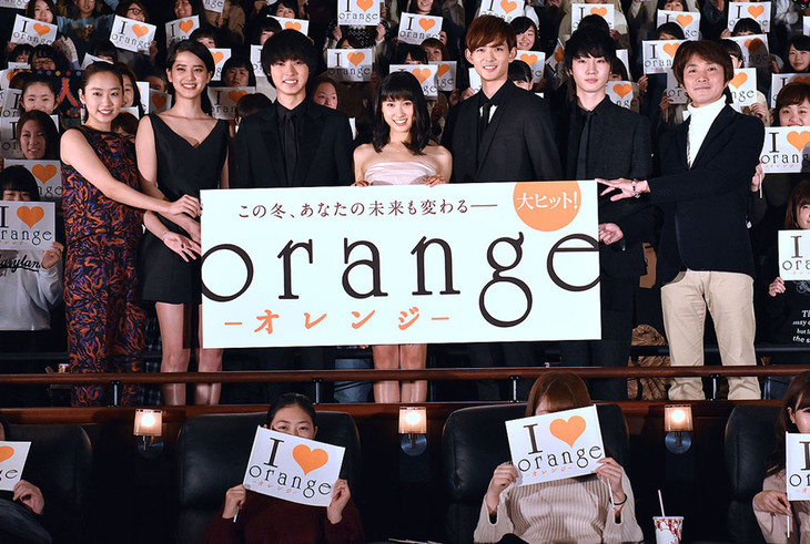 「orange-オレンジ-」初日舞台挨拶の様子。左から清水くるみ、山崎紘菜、山崎賢人、土屋太鳳、竜星涼、桜田通、橋本光二郎。