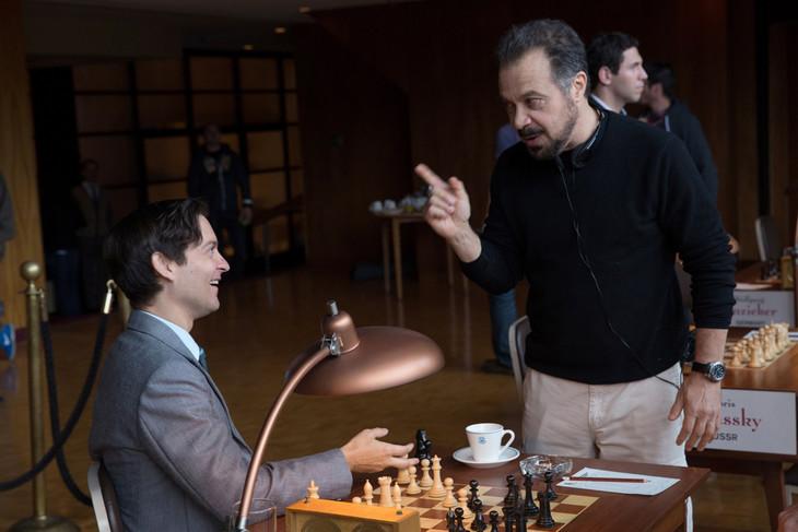 「完全なるチェックメイト」撮影現場でのエドワード・ズウィック(右)とトビー・マグワイア(左)。