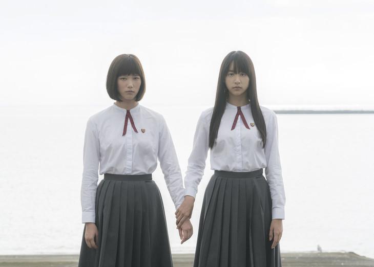 「少女」より、左から本田翼、山本美月。