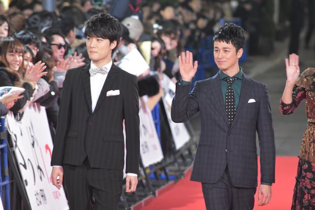 レッドカーペットを歩く入江甚儀(左)、夕輝壽太(右)。
