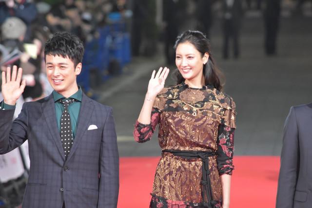 レッドカーペットを歩く夕輝壽太(左)、菜々緒(右)。