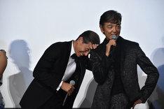 柴田恭兵(右)にセリフが覚えられないことについて言及され、笑う舘ひろし(左)。